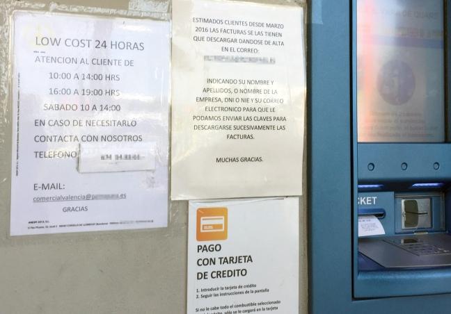 Estación de servicio en Valencia que anuncia un horario (de 10.00 a 14.00 y de 16.00 a 19.00) muy inferior al establecido por el reglamento (de 6.00 a 22.00 horas)